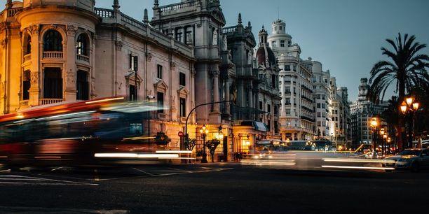 Valenciassa illallinen syödään vasta pimeän tullen, joten kaupunki herää yöaikaan ihan eri tavalla eloon.