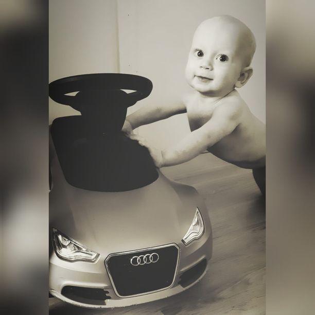 Mion kadonnut potkuauto oli viisilapsisen perheen nuorimmaisilla kovassa ajossa. Kunnes lelu lähti voron matkaan.