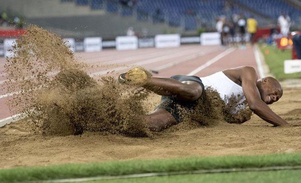 Luvo Manyonga, 26, selätti huumehelvetin ja nousi pituushypyn uudeksi sankariksi. Palkintokaapissa on MM-kultaa ja olympiahopeaa. Torstaina tuli Roomassa Timanttiliigan osakilpailuvoitto.