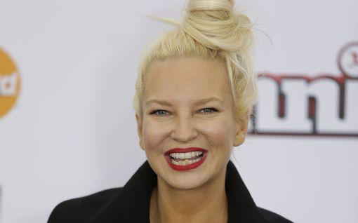 Sia, 44, on nyt mummo - tuli äidiksi vasta vuosi sitten