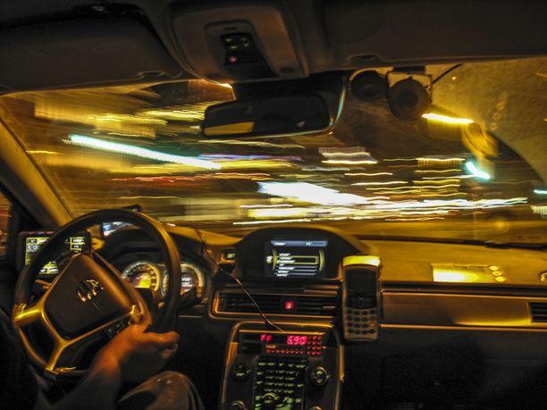 Taksien laitteistot ja niiden kallis uusiminen on ollut monelle taksiyrittäjälle kynnyskysymys. Välitysyhtiön tarjoama leasing-sopimus ei miellytä kaikkia taksiautoilijoita.