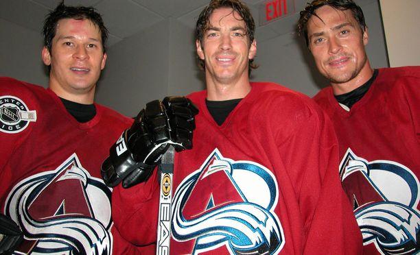 Paul Kariya (vas.) Joe Sakic ja Teemu Selänne pelasivat yhdessä Colorado Avalanchessa kaudella 2003-04. Sakic on paikalla, kun Kariya ja Selänne otetaan maanantaina Hockey Hall of Famen jäseniksi.