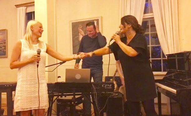 Reeta ja Carola esittivät kappaleet You Bring The Stars Out ja Oh When the saints.