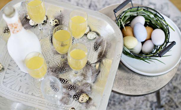 Juomatarjottimellekin saa pääsiäisen tunnelmaa, kun somistaa sen koristemunilla ja höyhenillä.
