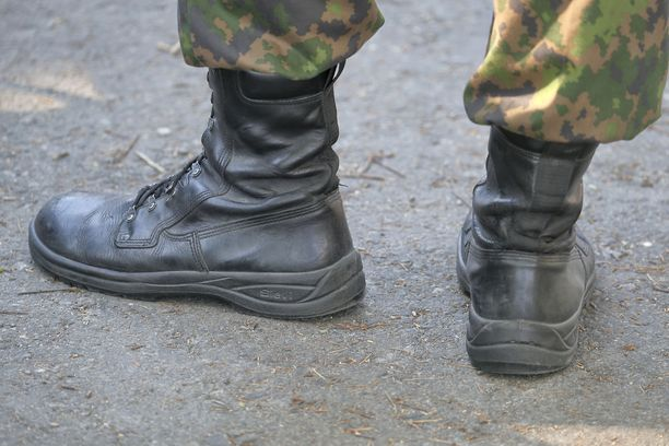 Puolustusvoimien koulutuspäällikkö pohtii sukupuolineutraalien nimikkeiden käyttöönottoa. Kuvituskuva.