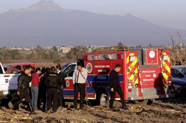 Helsikopteri putosi vain muutaman minuutin lennon jälkeen. Turvallisuustyöntekijät työskentelivät alueella putoamisen jälkeen.