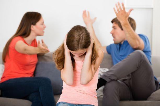 Vanhempien keskinäinen välienselvittely voi johtaa pahimmillaan aiheettomiin rikosepäilyihin. Kärsijänä on usein lapsi.