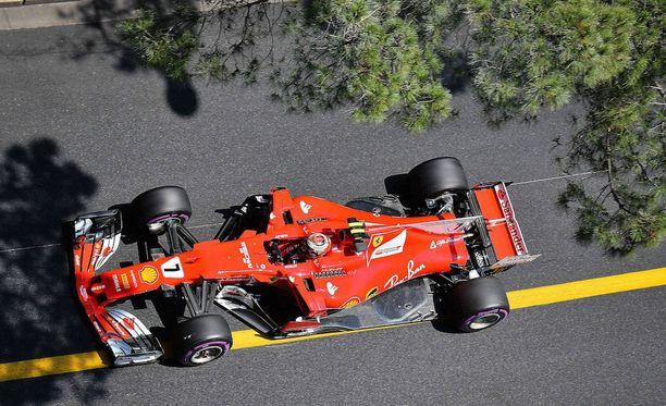 Kimi Räikkönen johtaa Monacon GP:tä.