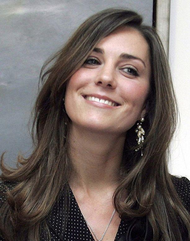 HYMY IRTOSI Viisi vuotta kestäneen suhteen loppumisesta huolimatta Kate Middleton jaksaa hymyillä jälleen.