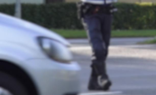 Ajokortitonta miestä syytetään mm. lukuisista rattijuopumuksista.