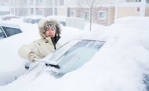 Talvella lumityöt on tehtävä myös auton osalta.