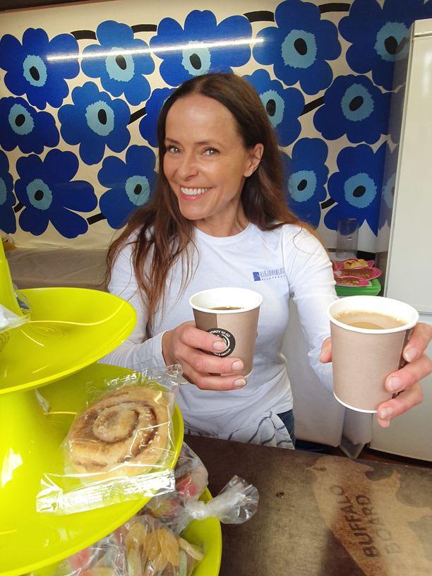 Maria Kuusiluoman mielestä yrittäjän työsarkaan kuuluu kaikki kesäteatterin kahvitarjoiluista ja siivoamisesta alkaen.