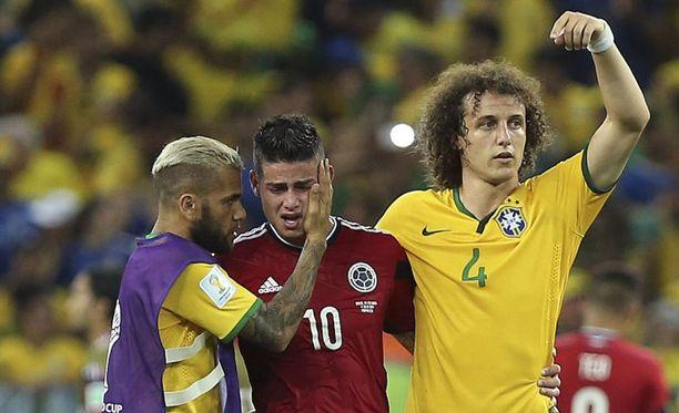 Dani Alves (vas.) ja David Luiz (oik.) lohduttivat James Rodriguezia ottelun jälkeen.