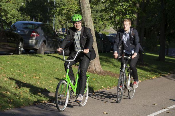 Ympäristöministeri Ville Niinistö saapui ydinvoimalupia koskevaan infoon trendikkäästi vihreällä Jopolla. Kuva vuodelta 2014.