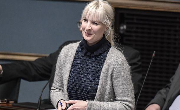 """Laura Huhtasaari kirjoittaa Uuden Suomen blogissaan, että hänen henkilökuvansa pyritään lokaamaan. Huhtasaaren mukaan käynnissä on """"hahmomurha"""" (character assassination)."""