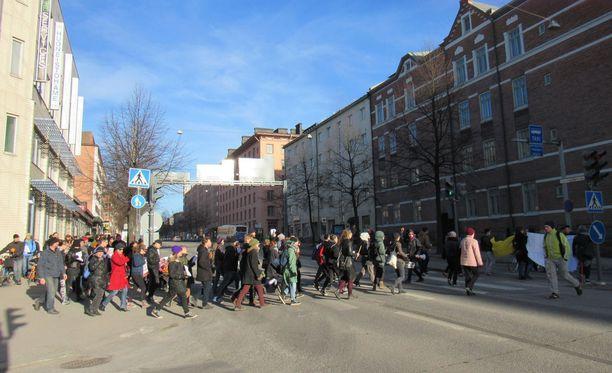 Noin sata ihmistä marssi Tampereen keskustan läpi poliisilaitokselle mielenilmauksena Maahanmuuttoviraston organisoimia palautuksia vastaan huhtikuussa 2017.