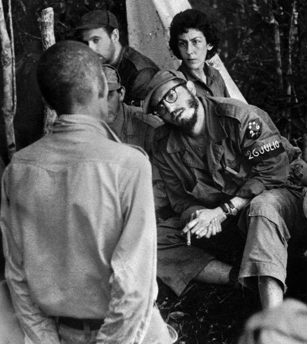 Castro kuulusteli ryöstelystä epäiltyä miestä vuonna 1958. Taustalla Celia Sánchez, joka oli Castron läheinen ystävä ja neuvonantaja aina kuolemaansa vuonna 1980 saakka.