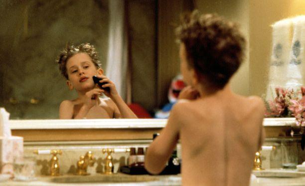 Kevin (Macaulay Culkin) kaunistautuu The Plazan kylpyhuoneessa.