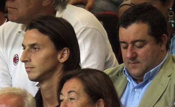 Julkisuutta kaihtava pelaaja-agentti Mino Raiola täytti viime viikonloppuna 50 vuotta. Kuvassa Raiola yhdessä tunnetuimman suojattinsa Zlatan Ibrahimovicin kanssa vuonna 2010.