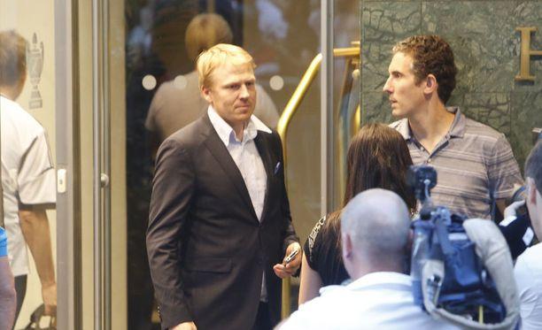 HJK:n toimitusjohtaja Aki Riihilahti oli ottamassa vastaan vieraita.