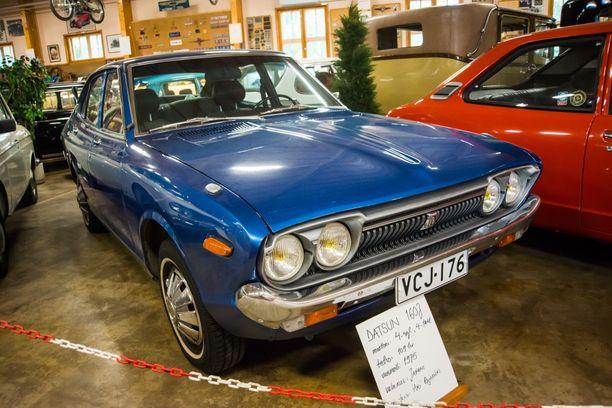 Muodokas Datsun 160J vuodelta 1975. Tonnikuussatasen teho oli 109 hv.