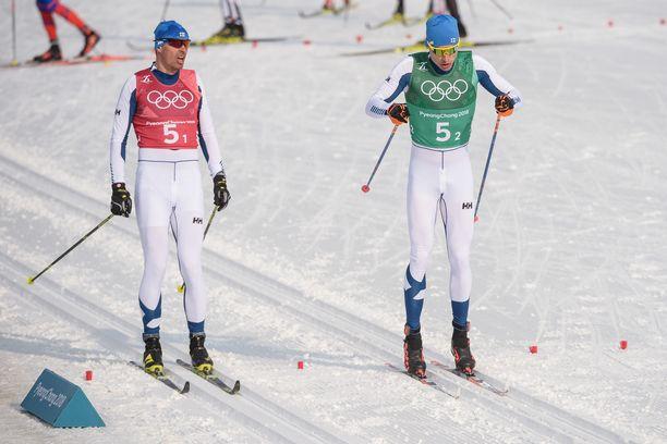 Perttu Hyvärinen (vas.) ja Iivo Niskanen tekivät yhteistyötä viime kauden SM-kisoissa, kun Niskanen yritti vetää kaverinsa mitaleille. Kuva viime talven olympiakisoista Koreasta.