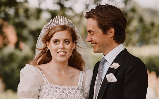 Huomasitko? Prinsessa Beatricen häätyyli oli kunnianosoitus kuningattarelle – yksityiskohdissa huomioitu myös Sarah-äiti