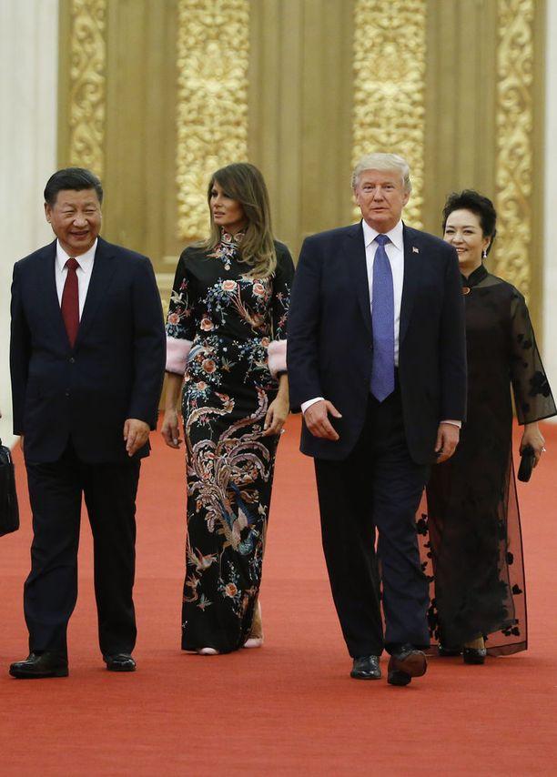 Melania Trump suosi Kiinan vierailullaan myös toisenlaista pitkää kiinahenkistä juhla-asua Kiinan presidenttiparin Xi Jinpingin ja Peng Liyuanin isännöimässä tilaisuudessa Pekingissä.