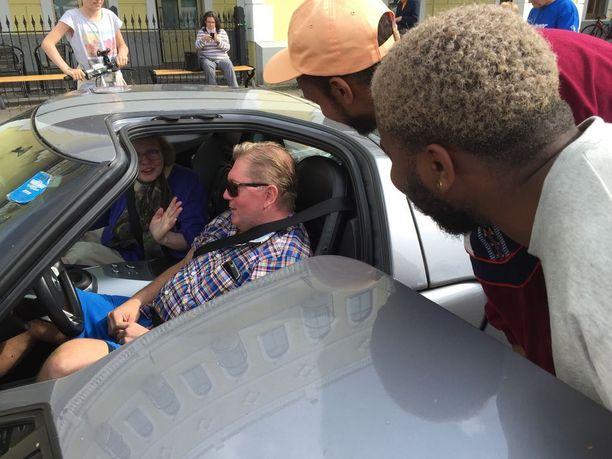 Vesa Keskinen debytoi musiikkivideolla hulppeine autoineen.
