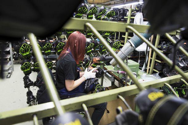 Sievin Jalkine Oy on Pohjois-Euroopan johtava työ- ja turvajalkineiden valmistaja. Työntekijöistä suurin osa on naisia. Arkistokuva.