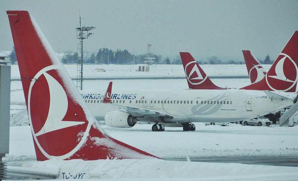 Koneet pysyivät Istanbulin lentokentällä maassa. Satoja lentoja peruttiin.