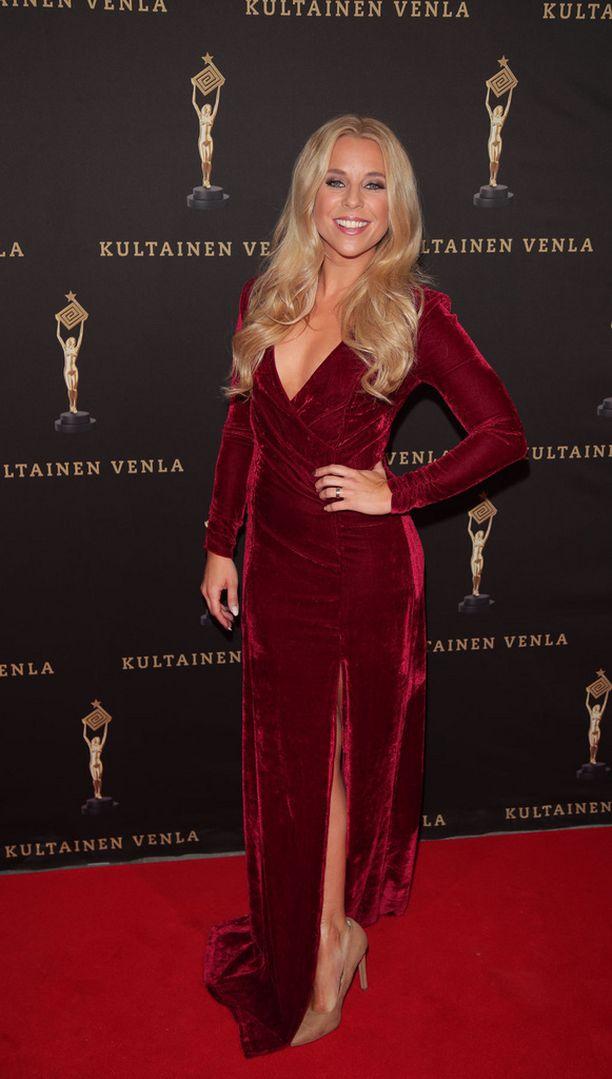 Krista Siegfridsin punaisessa puvussa oli säärtä vilauttava halkio.
