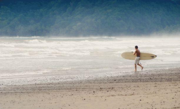 Japanilaismies joutui merihätään lähdettyään yksin surffaamaan Australian itärannikolla. Kuvituskuva.