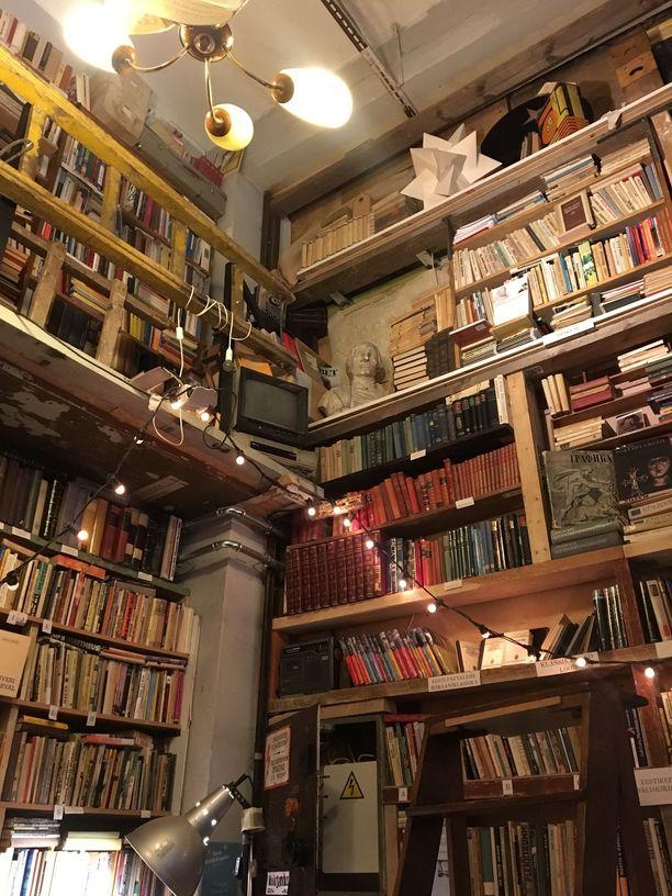 Käytetyille kirjoille omistettu kauppa on tunnelmaltaan kuin sadusta.