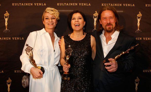 Matleena Kuusniemi, Koukussa-ohjaaja Marja Pyykkö sekä Tommi Eronen Venla-patsaineen.