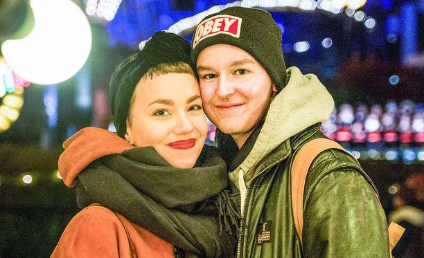 Olivia ja Emil tapasivat Tinderissä. Ensimmäiset treffit sattuivat romanttisesti juuri ystävänpäiväksi.