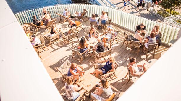 Saunaparatiisi Tampere tarjoaa paljon tilaisuuksia lauteille haluaville. Tältä näyttää tunnelma saunaravintola Kuuman terassilla.