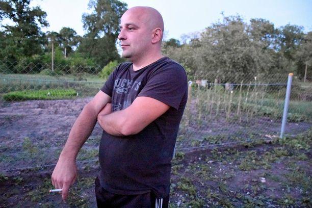 Olexander Gadzikowski vangittiin samanaikaisesti Nadja Savchenkon kanssa, mutta pääsi vapaaksi sotavankien vaihdossa vain kaksi viikkoa vangitsemisen jälkeen.