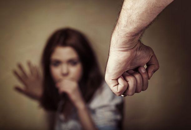 Treffeille tullut mies kävi saman tien käsiksi uhriinsa ja raiskasi tämän. Kuvituskuva.