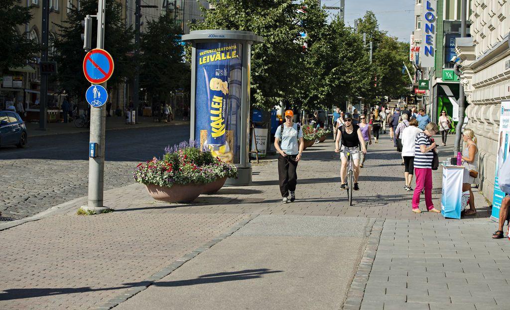 """Pyöräilijöiden määrä kasvaa vauhdilla eikä katuverkosto pysy millään perässä - IL-TV kävi todistamassa kaupunkipyöräilyn haasteita: """"Turvattomuutta ajoradalla"""""""