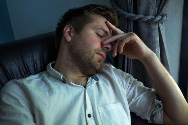 THL:n mukaan koronavirustartunnan oireita voivat olla esimerkiksi väsymys, pahoinvointi ja lihaskivut. Kuvituskuva.