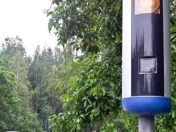 Saman näköinen, saman värinen kuin Ruotsissa. Uusia tolppakameroita ei enää kätketä harmaaseen maaliin.