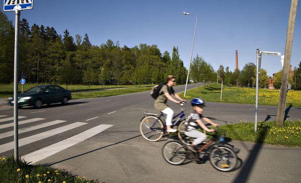 Uuden tieliikennelain tullessa voimaan suuntamerkkiä on näytettävä hyvissä ajoin ennen aiottua toimenpidettä myös pyörällä. Kuvituskuva.