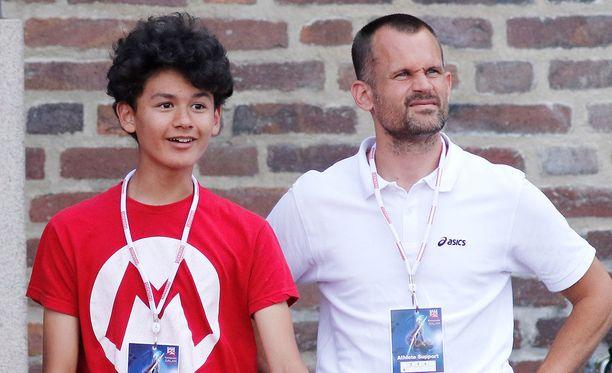 Melwin Holm (vas.) on vielä isäänsäkin Stefan Holmia (oik.) lahjakkaampi korkeushyppääjä.