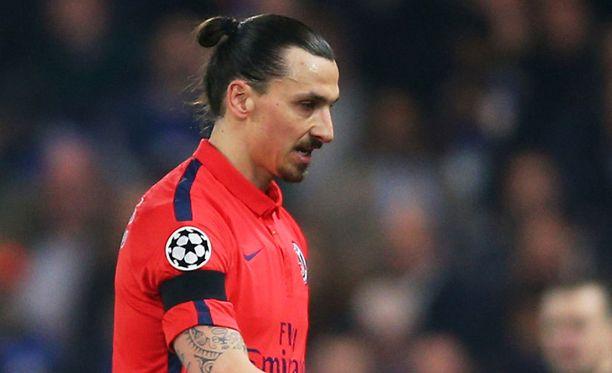 Zlatan Ibrahimovic käppäili ulos kentältä 31. peliminuutilla.