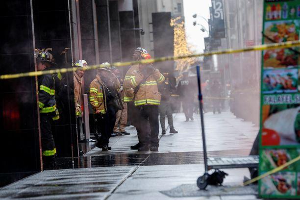 Palomiehet ja poliisit tutkivat onnettomuuspaikkaa.