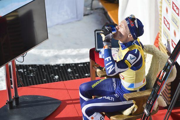 Iivo Niskasen nautti energiajuomaa 15 kilometrin kilpailun jälkeen johtajan jakkaralla.