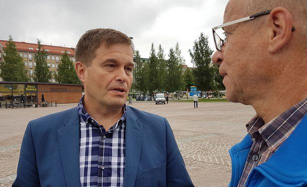 Poliisikansanedustaja Kari Tolvanen (kok) katsoo, että kielteisen päätöksen saaneiden turvapaikanhakijoiden palautusprosessia on nopeutettava.