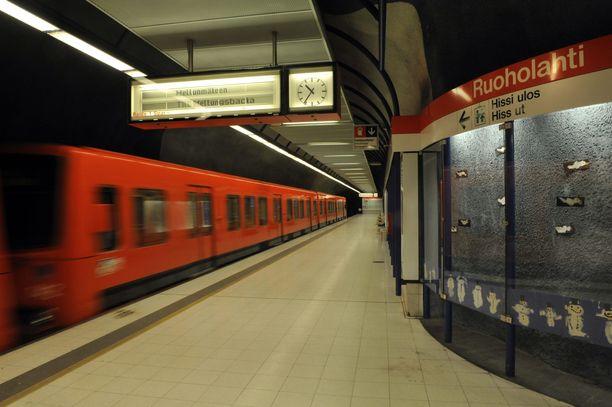 Poliisi poisti henkilön raiteilta Ruoholahden asemalla lauantaina.