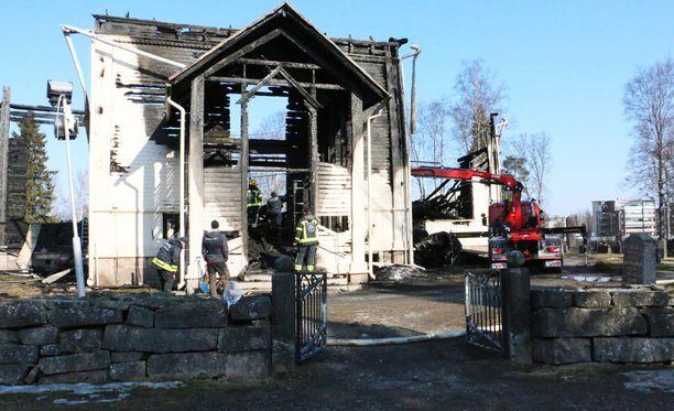 Ylivieskan puinen kirkko tuhoutui maaliskuisessa palossa täysin.